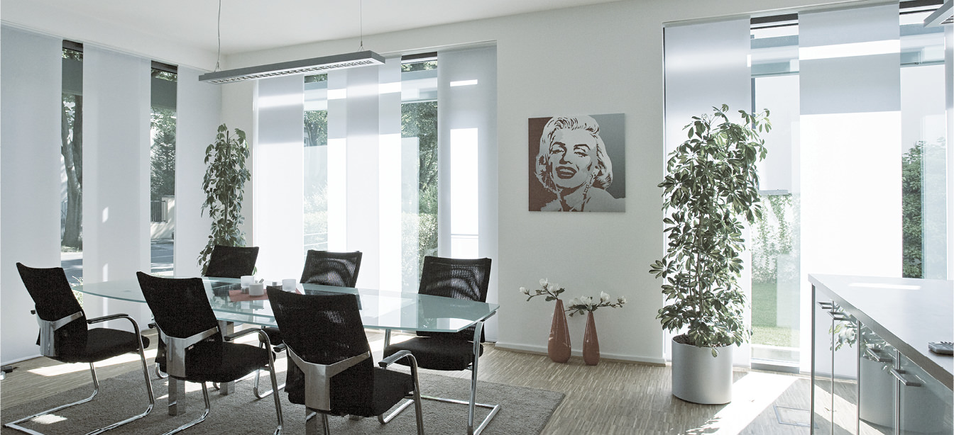 Das Bild zeigt Flächenpaneelvorhänge in einem Raum.