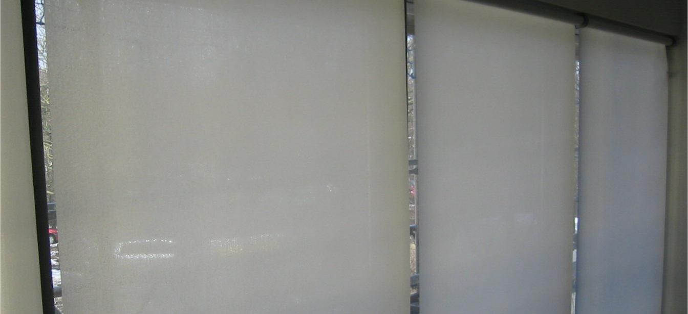 Das Bild zeigt Stoffrollos.