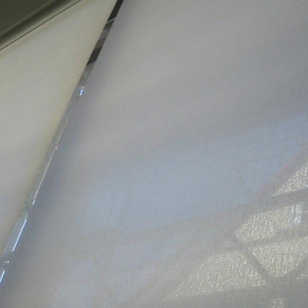 Das Foto zeigt einen Blendschutz von Innenrollos aus der Nähe.