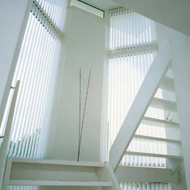 Blendenschutz Lamellenvorhänge in einem Treppenhaus