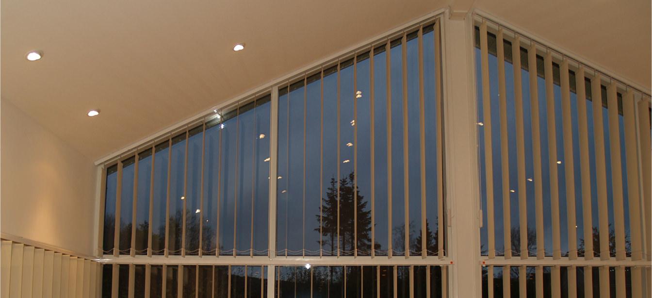 Blendenschutz Vertikal-Lamellen Vorhänge in einem großen Raum