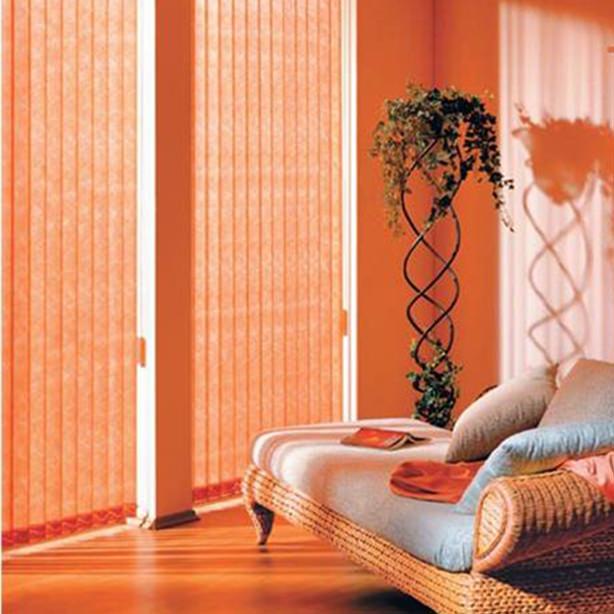 orange rote Vertikal-Lamellenvorhänge als Blendschutz in einem Wohnzimmer