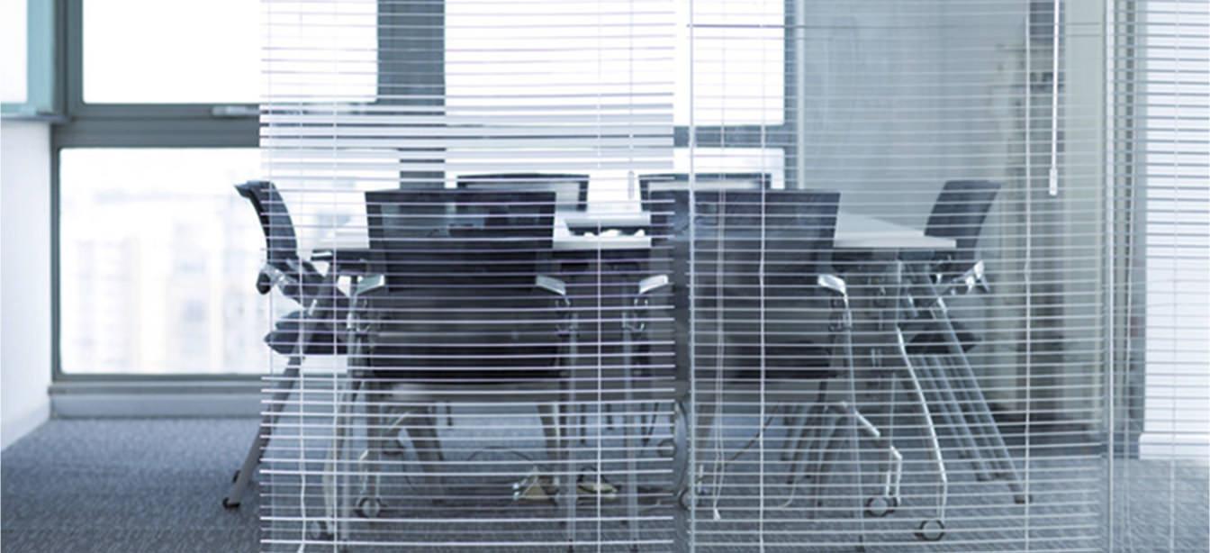 Das Foto zeigt Innenjalousien in einem Büro.