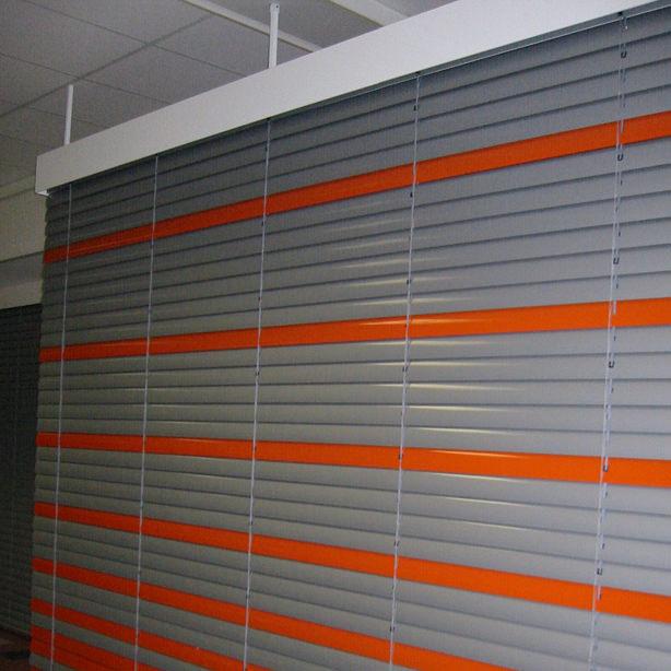 Das Bild zeigt Innenjalousien in grau und orange.