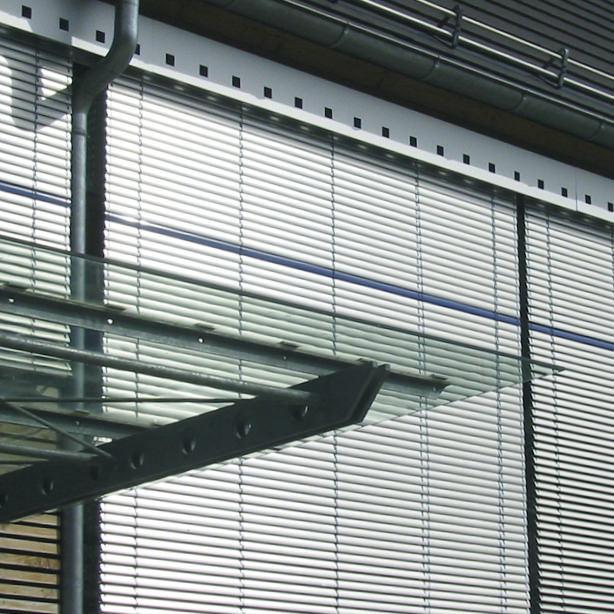 Das Bild zeigt Jalousien an einer Hausfassade.