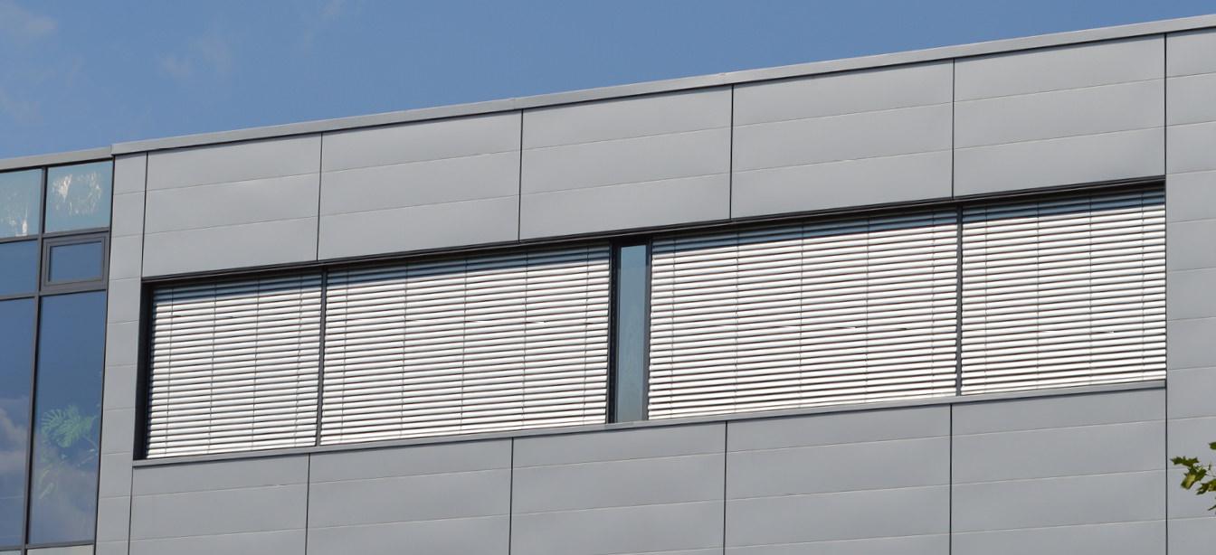 Das Foto zeigt Jalousien an einer Hausfassade.