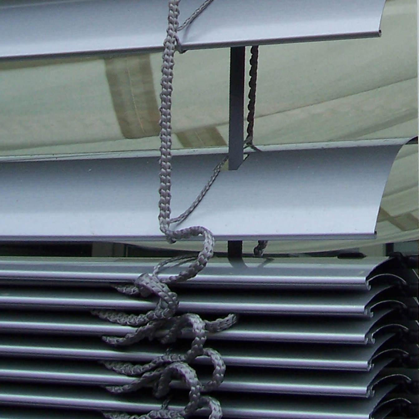 Das Foto zeigt Raffstoren-Jalousien von außen in Nahaufnahme.