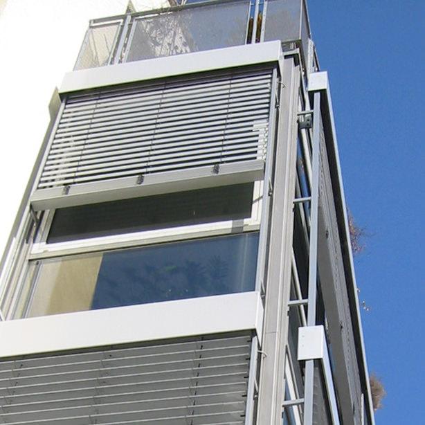 Das Bild zeigt Raffstoren-Jalousien an einem Haus.