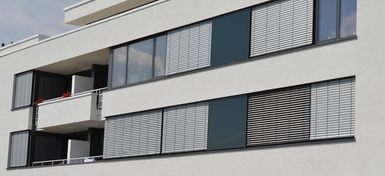Das Bild zeigt Raffstoren-Jalousien an einer Hausfassade.