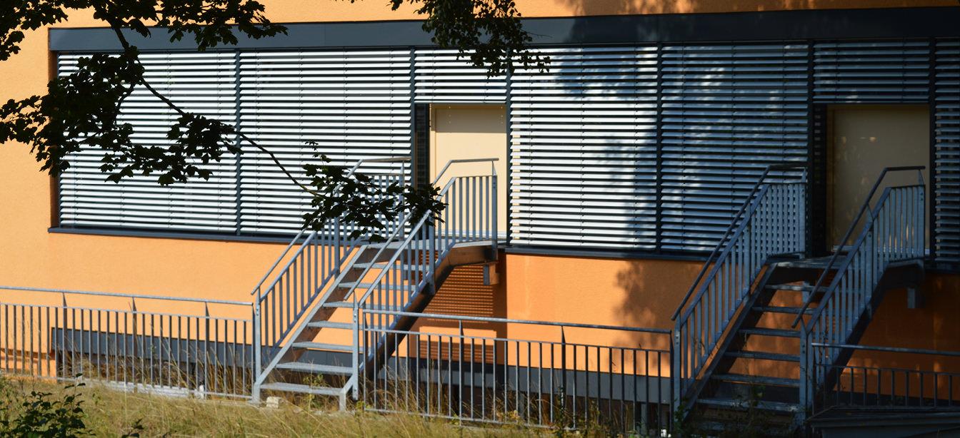 Das Foto zeigt Raffstoren-Jalousien an einem Haus.