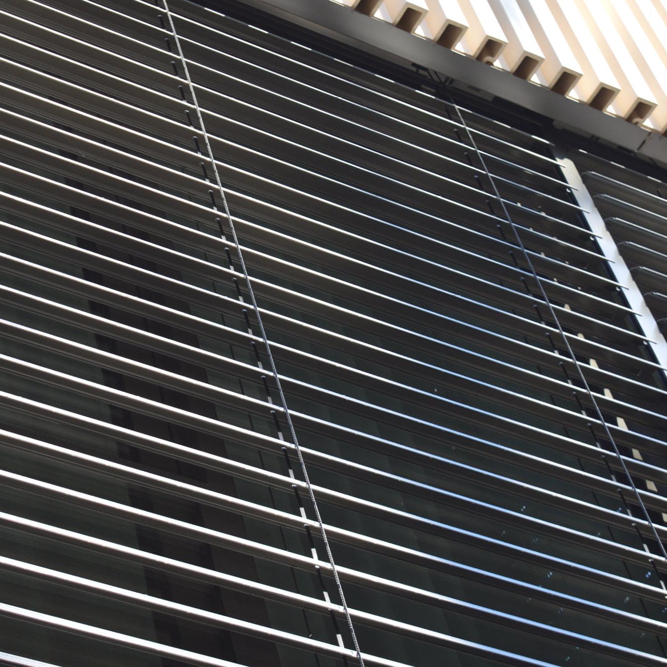 Das Foto zeigt Verbundraffstoren-Jalousien an einem Haus in Nahaufnahme.