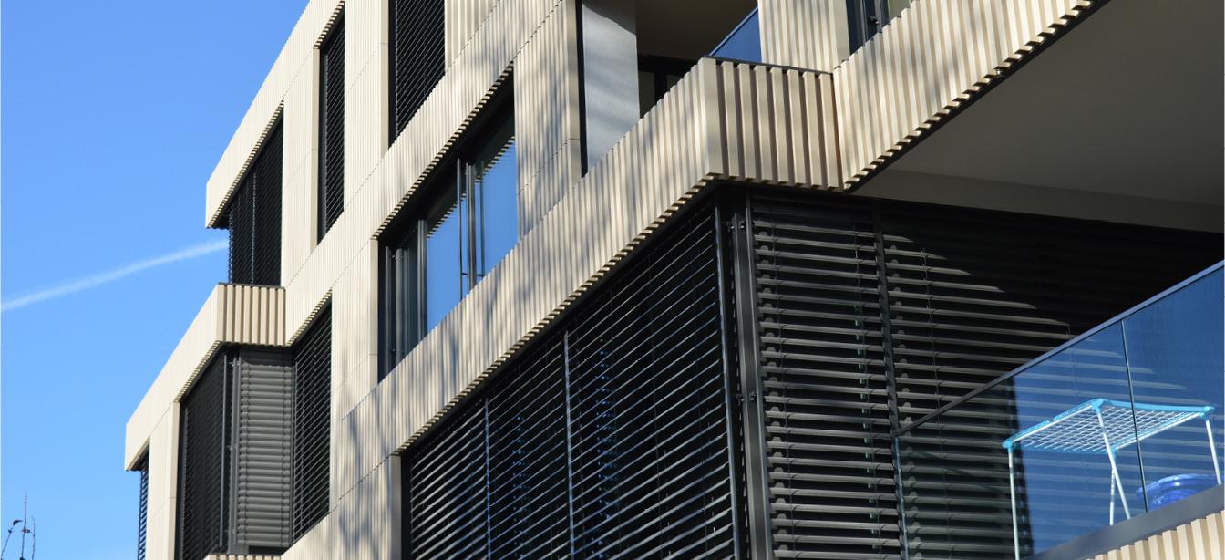 Das Foto zeigt Verbundraffstoren-Jalousien an einem Haus.