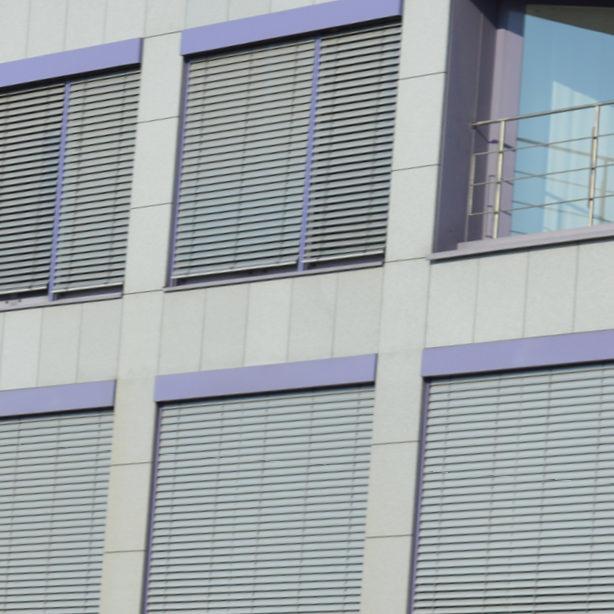 Das Foto zeigt Verbundraffstoren-Jalousien in einer Nahaufnahme.