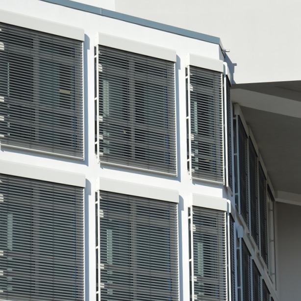Hier sehen Sie Verbundraffstoren-Jalousien in Nahaufnahme.