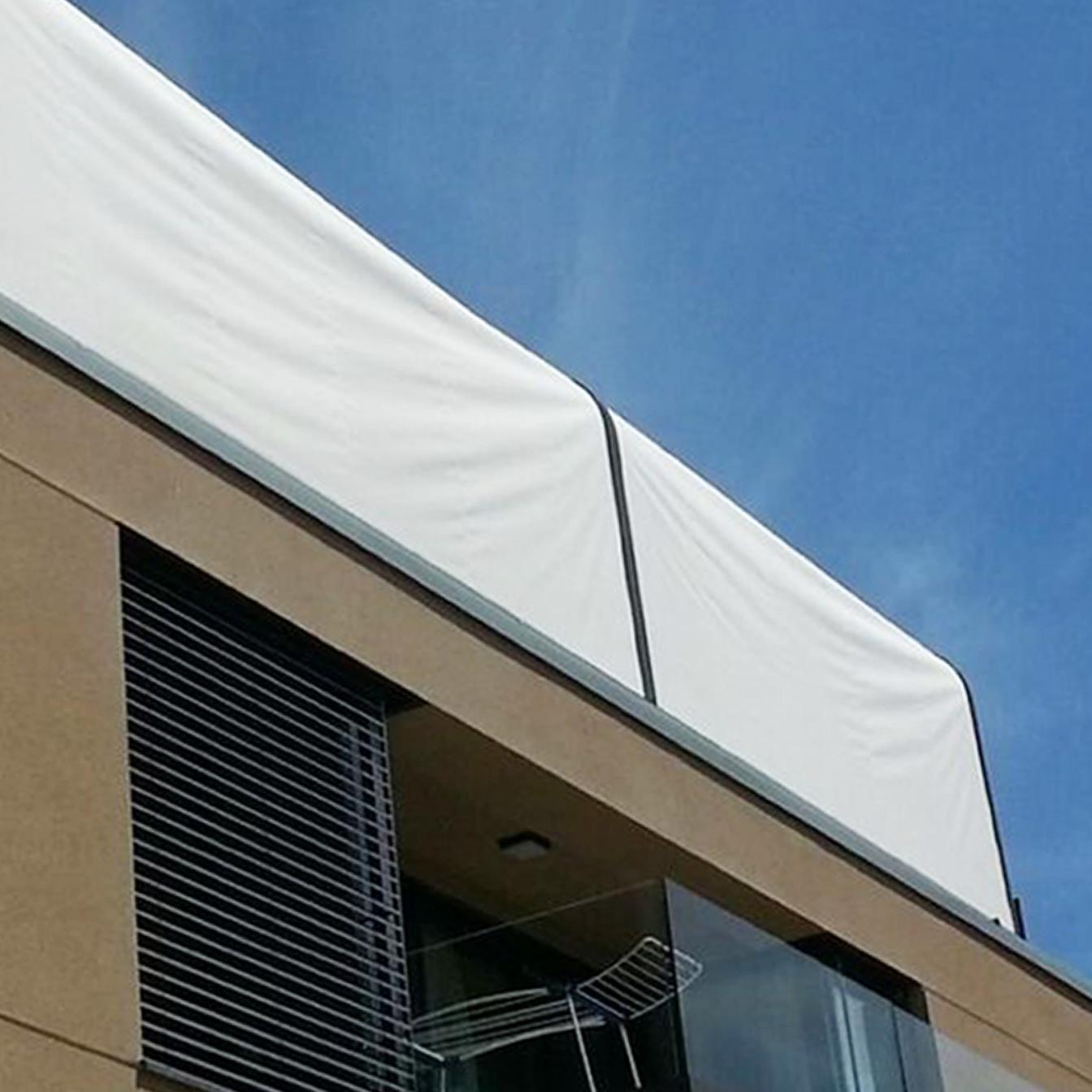 Das Foto zeigt Fassadenrollos als Senkrechtmarkise von Außen.