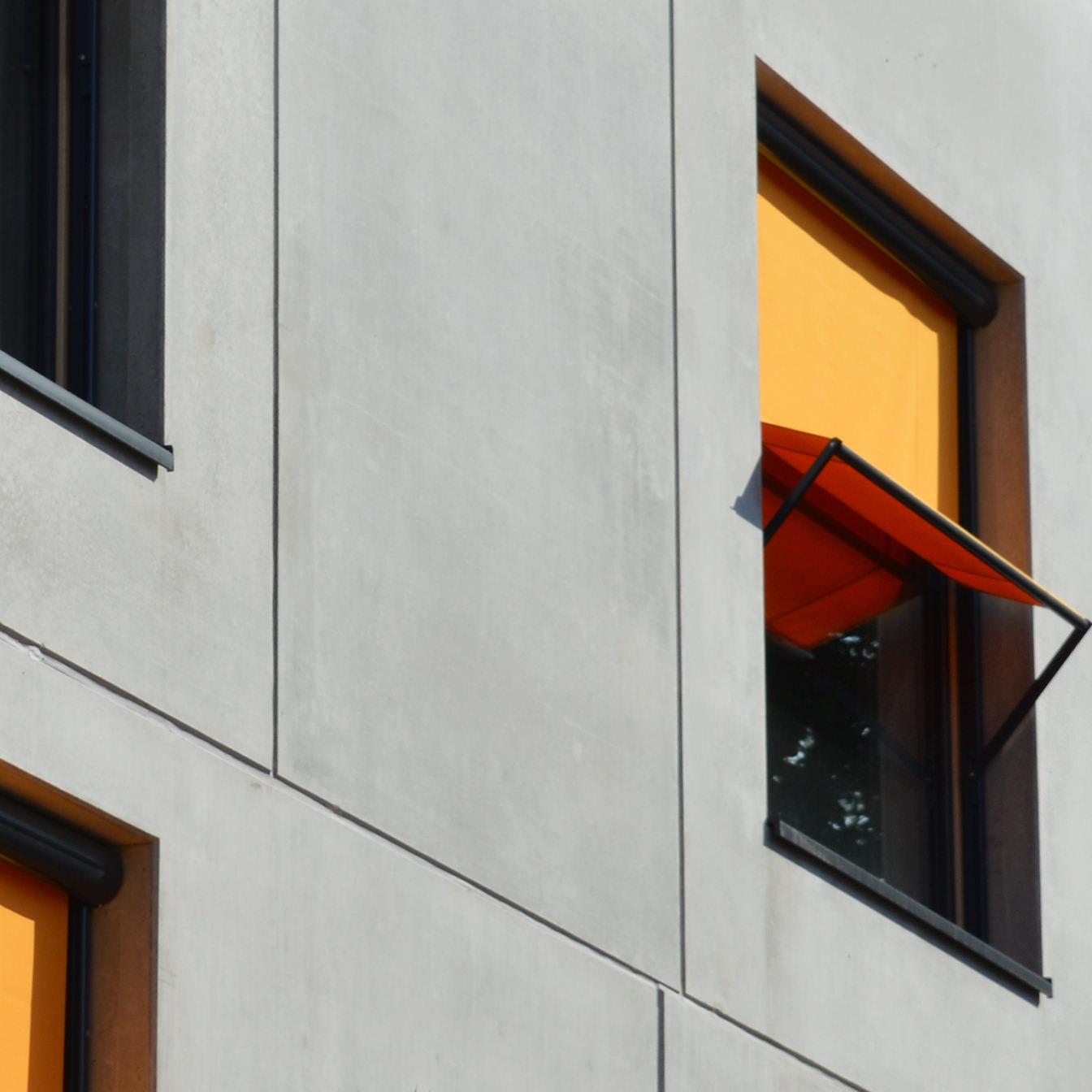 Hier sehen Sie Fassadenrollos als Senkrechtmarkise aus der Nähe.