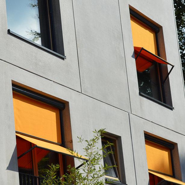 Das Foto zeigt Fassadenrollos als Senkrechtmarkise an einer Hausfassade.