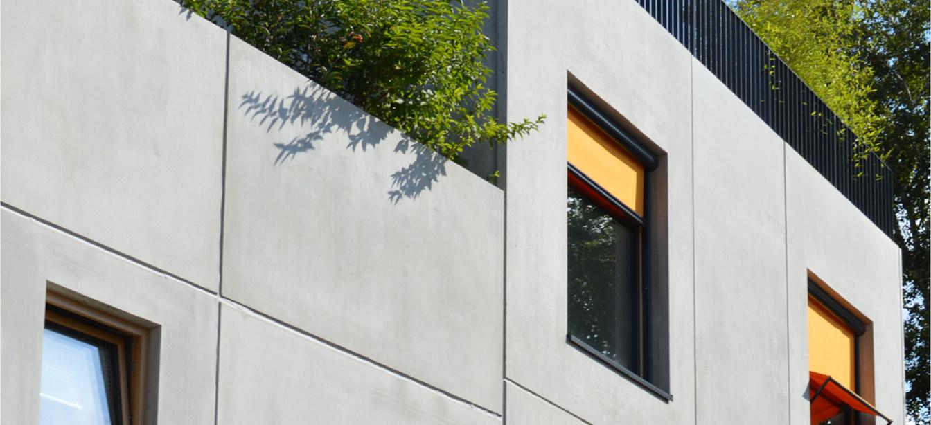 Das Foto zeigt Fassadenrollos als Senkrechtmarkise an einem Haus.