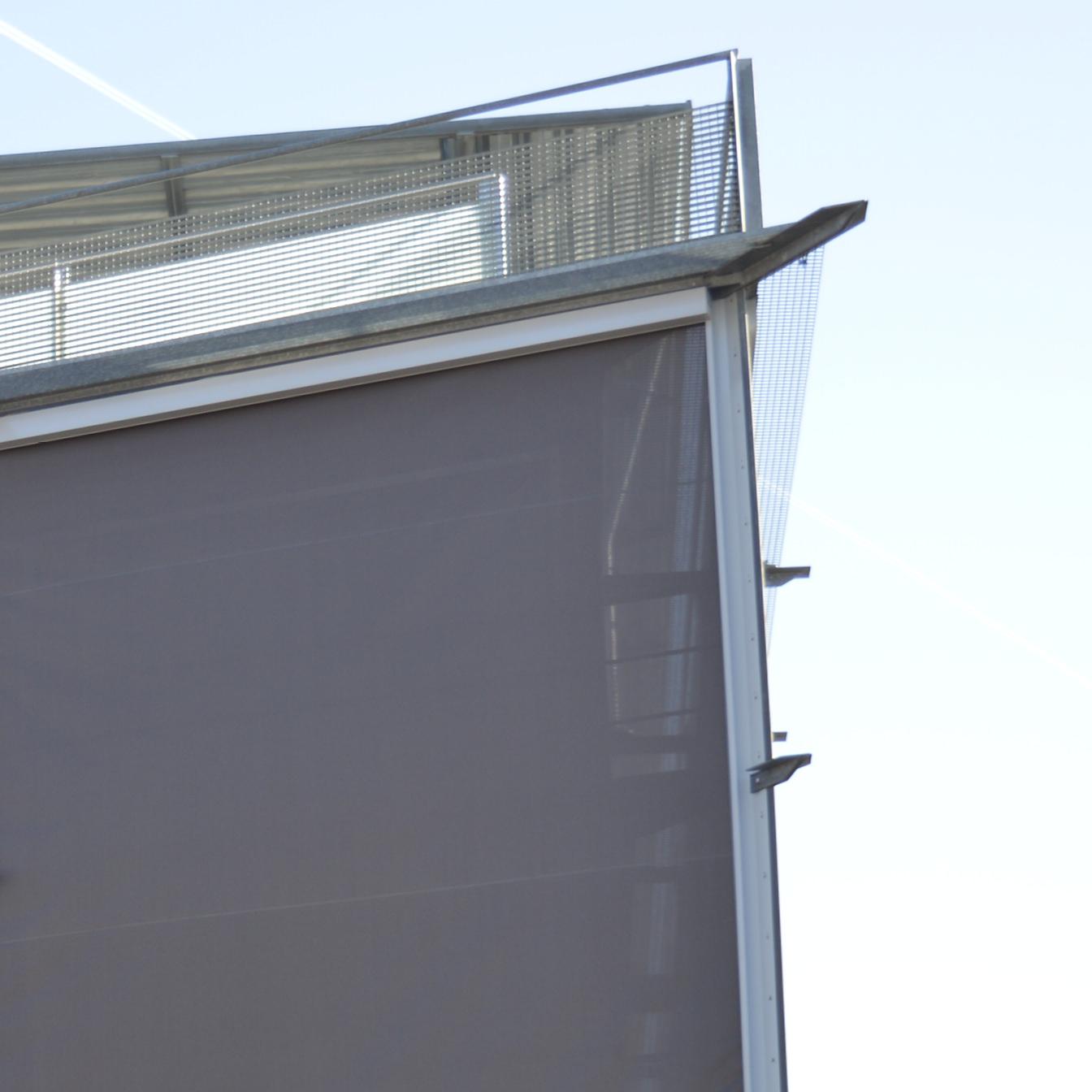 Das Foto zeigt Zipscreen-Rollos an einem Hauseck aus der Nähe.