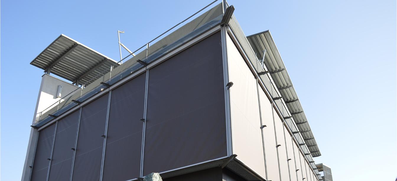 Das Foto zeigt Zipscreen-Rollos an einem Hauseck.