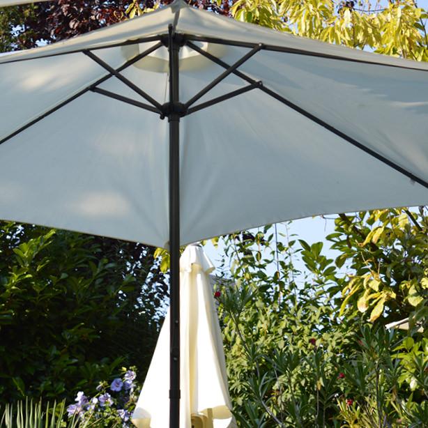 Hier sehen Sie einen Sonderbau-Sonnenschirm.